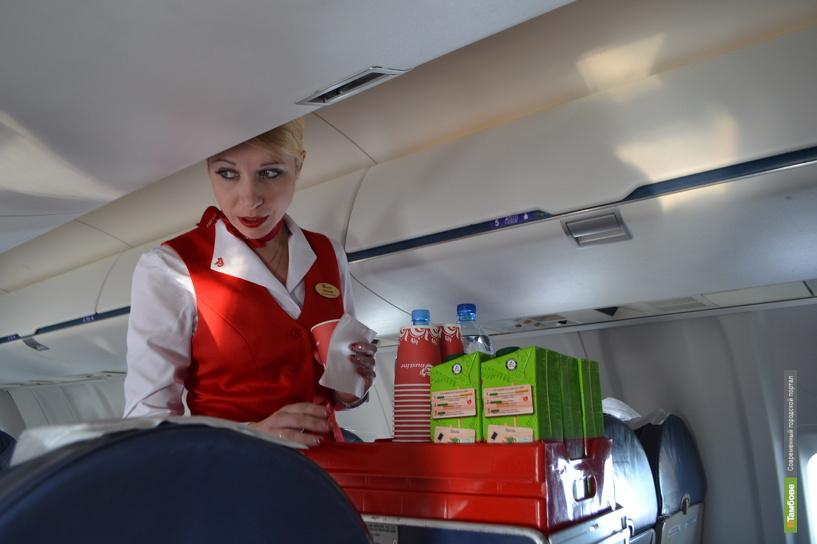 Слушайте стюардессу — она и правила поведения в самолёте расскажет, и подскажет, когда нужно застегивать/расстегивать ремни безопасности
