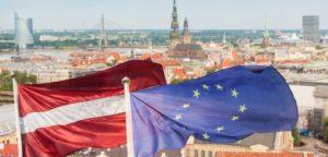 Флаг Латвии и ЕС на фоне Риги
