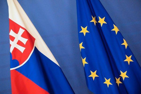 Флаги Словакии и Евросоюза