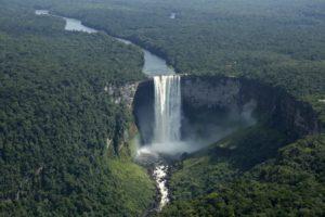 Гайана может похвастать почти тремя сотнями великолепных водопадов