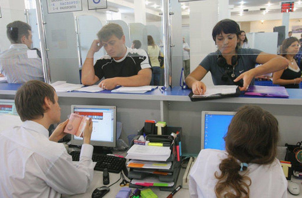 Граждане обращаются в визовый центр с полным пакетом документов