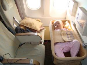 На борт самолета можно взять с собой легкую прогулочную коляску для ребенка