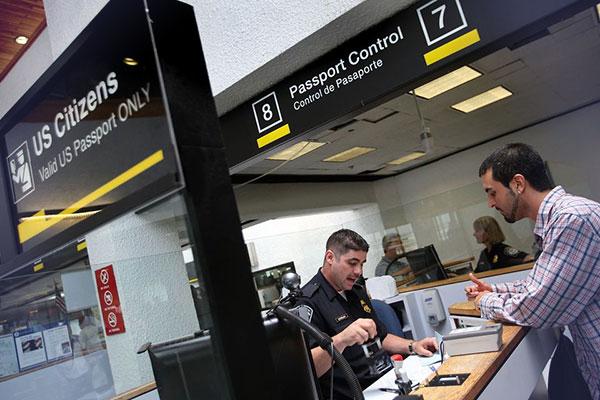 Нужно убедиться в возможности выехать за границу до прохождения паспортного контроля