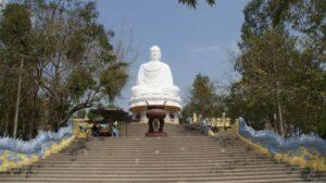 Пагода Лонг Шон и сидящий Будда