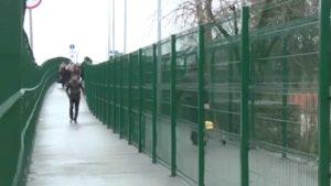 Пересекают границу с помощью пешеходного или автотранспортного мостов