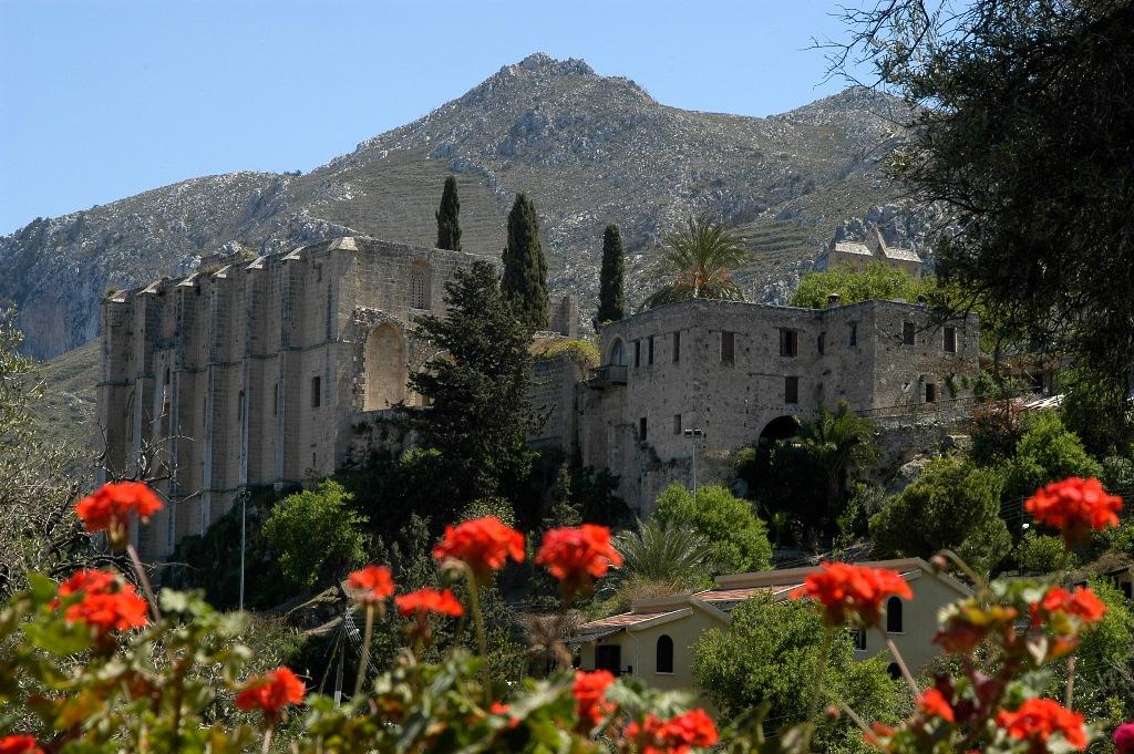 Вид на аббатство Беллапаис, Северный Кипр