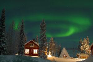 Финская Лапландия — одно из самых удивительных мест на земле. Именно здесь можно увидеть северное сияние, научиться управлять оленьей упряжкой