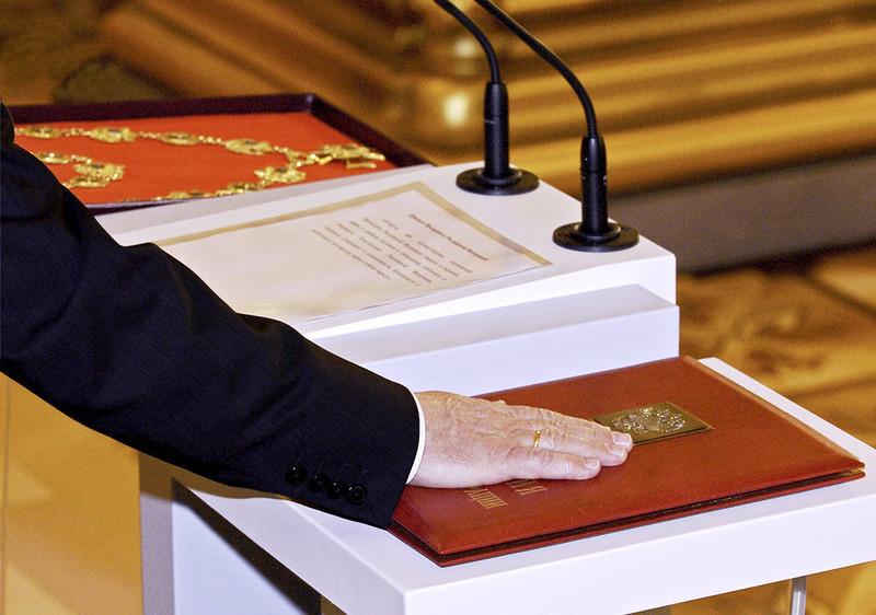 При получении паспорта иностранцы обязаны приносить присягу