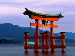 «Священные ворота» («тории»), деревянные ворота святилища Ицукусима на священном острове Миядзима, стоящие прямо в воде в маленькой бухте