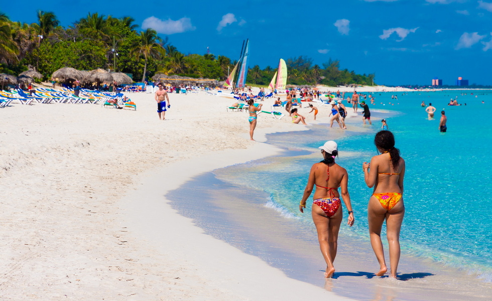 На Кубе придется по душе всем любителям классического пляжного отдыха. Пляжи здесь есть разные – на Исла-Хувентуд с экзотическим черным песком, на Сантьяго-де-Куба – с серым, на Плайя-Герон – с ослепительно-белым. И везде прозрачная, изумрудного цвета, теплая вода, на дне нет острых камней и морских ежей, сход ровный