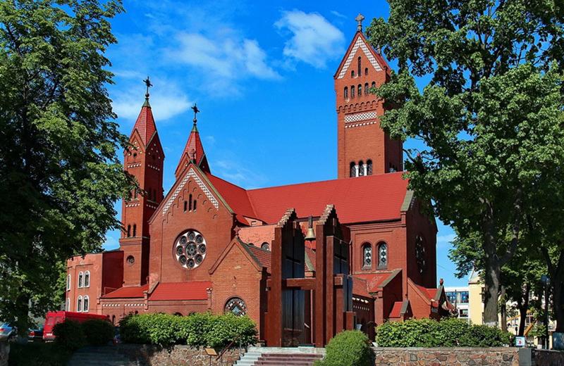 Красный костел является едва ли не самой известной достопримечательностью Минска. Обязательно зайдите внутрь и посмотрите внутреннее оформление храма