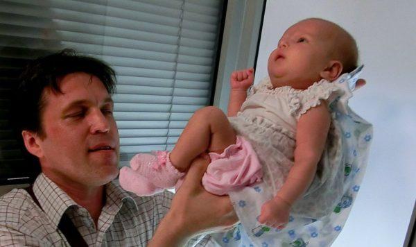 Малыша сфотографируют прямо на ваших руках, потом в фотошопе сделают нужный фон, а «ненужное», то есть ваши руки, «отрежут»