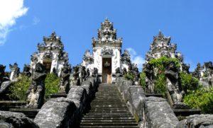 Храм Лухур Лемпуянг считается одним из самых древних на острове