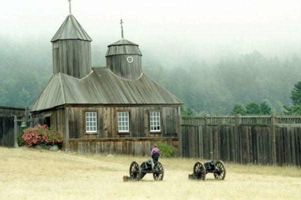 На снимке - русская церковь в Форт-Росс в США