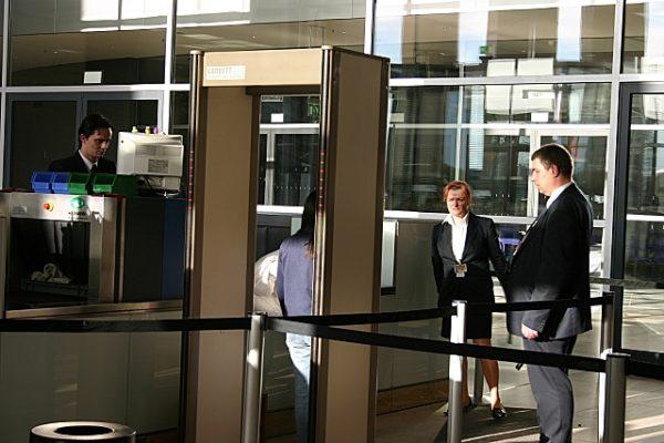 Прохождение металлодетектора в аэропорту