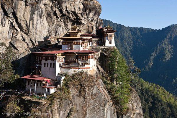 Самой высокой точкой Бутана является гора Гангкхар-Пуенсум