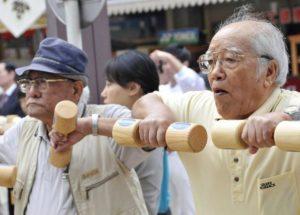 У японцев очень низкие пенсии. Максимальная социальная выплата бедствующим старикам составляет где-то 300 долларов