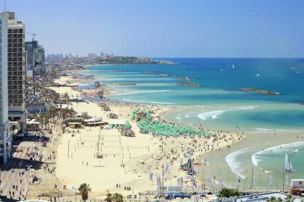В городе можно найти много благоустроенных пляжей, среди которых выделяется побережье напротив отеля «Хилтон»