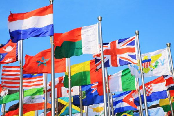 Что бы стать дипломатом нужно обязательно в совершенстве знать хотя бы 2 языка