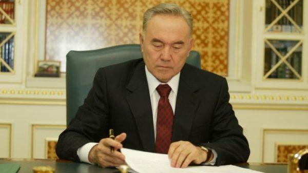 Что бы стать гражданином Казахстана необходимо подать прошение о присвоении ему гражданства на имя казахского президента Н. А. Назарбаева
