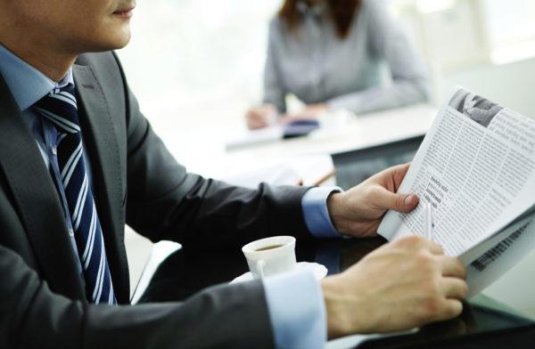 Дипломат обязан каждое утро проштудировать несколько газет для получения пищи для ума и анализа полученных данных.