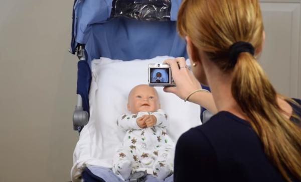 Для удобства можно сфотографировать ребенка в коляске, подстелив однотонную пеленку