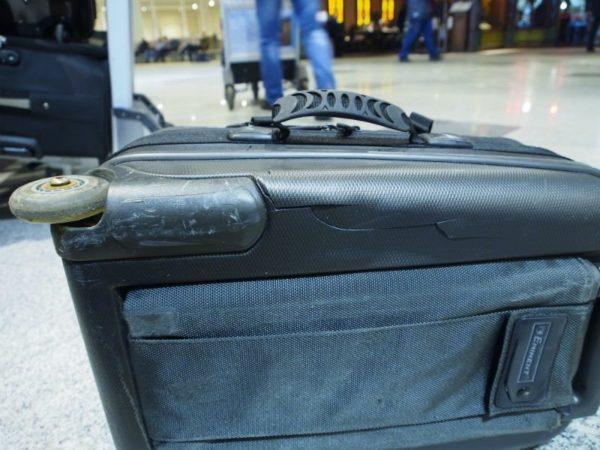 Если бы чемодан был упакован, царапин удалось бы избежать