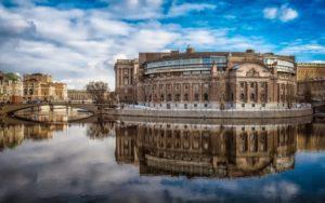 Швецию отличают невысокая плотность населения (здесь живет 10 млн человек – меньше, чем в Москве), длинное морское побережье, густые леса и бесчисленные озёра