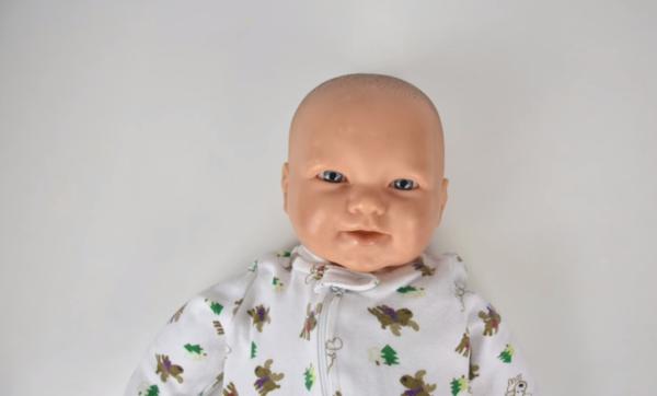 Глаза ребенка должны быть открыты, лицо равномерно определено