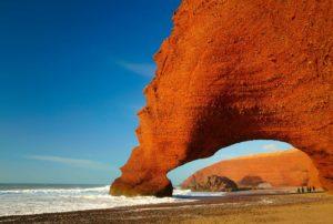 Красная арка на побережье океана, Марокко