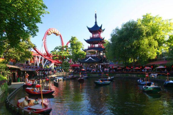 Копенгагенский парк Тиволи считается старейшим развлекательным парком мира, его посещал Уолт Дисней ради вдохновения и новых идей при создании своего парка развлечений