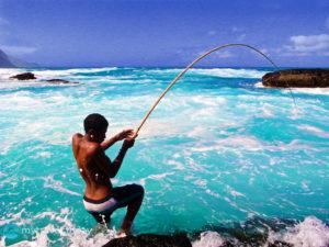 Местный житель за ловлей рыбы. Кабо-Верде