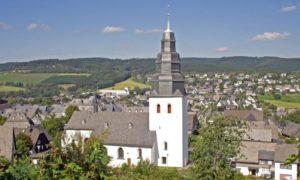 Хотя религия с 1919-ого года в Германии конституционно отделена от государства, она до сих пор играет немалую роль в жизни страны