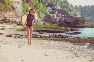 На Бали часто приезжают серферы в поисках лучших волн