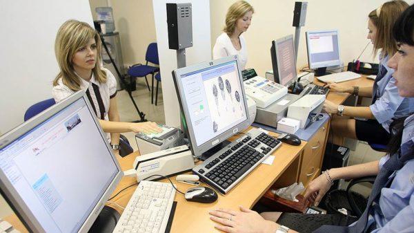 На приёме в визовом центре — дактилоскопия