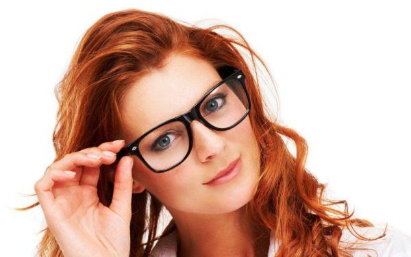 Оправа очков не должна закрывать зрачки, а стекла не должны давать бликов или затенять глаза