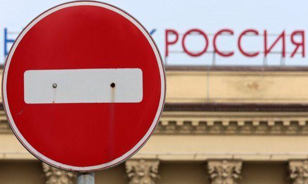 Под запретом понимается ограничение права иностранного гражданина въезжать и находиться на территории РФ