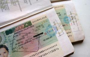 Предъявите загранпаспорт с визами, чтобы с большей вероятностью получить разрешение на выезд в Черногорию