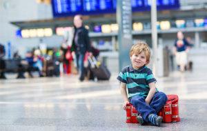 С собственным заграничным паспортом ребенок может путешествовать без родителей (с их заверенного нотариально согласия)
