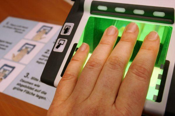Снимаются отпечатки пальцев