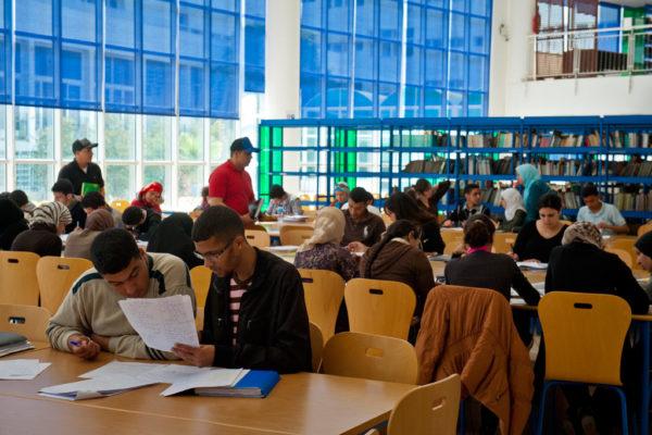 Студенты в университетской библиотеке в Рабате, Марокко