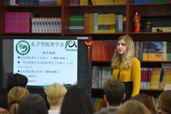 Студенты занимаются изучением языка
