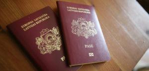 В соответствии с Законом о гражданстве, если граждане Латвии в соответствии с законами другой страны могут одновременно считаться и гражданами соответствующей другой страны, в правовых отношениях с Латвийской Республикой они считаются исключительно гражданами Латвии