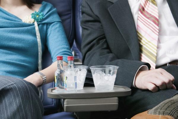 Употреблять спиртное в самолете нежелательно