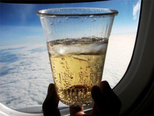 Уточнить возможность распития спиртного на борту можно у бортпроводников