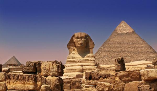 Вид на пирамиду Хеопса в Гизе, Египет
