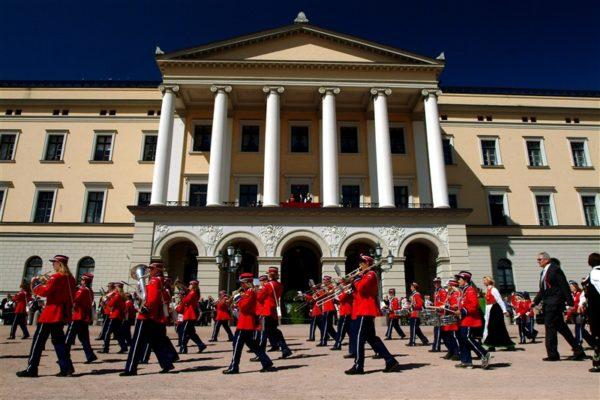 Норвегия – страна, где никто не ездит с охраной, нет мигалок, нет коррупции, где в королевском дворце в Бергене ставят ночные оперы, а летом на улицах идут спектакли