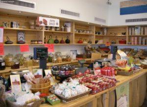 «Herb & Spice Farm» — магазин трав, чаев, настоек, гранол, пряностей и специй, подарков и посуды. Находится на выезде из Эйлата