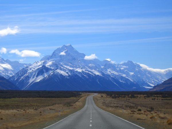 в Новой Зеландии есть небольшая гора с самым длинным (82 буквы) в мире географическим названием — Тауматауакатангиангакоауауотаматеатурипукакапикимаунгахоронукупокануэнуакитанатаху