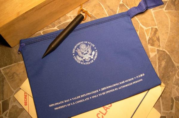 Дипломатические курьеры могут перевозить разные грузы – от секретных документов до стройматериалов